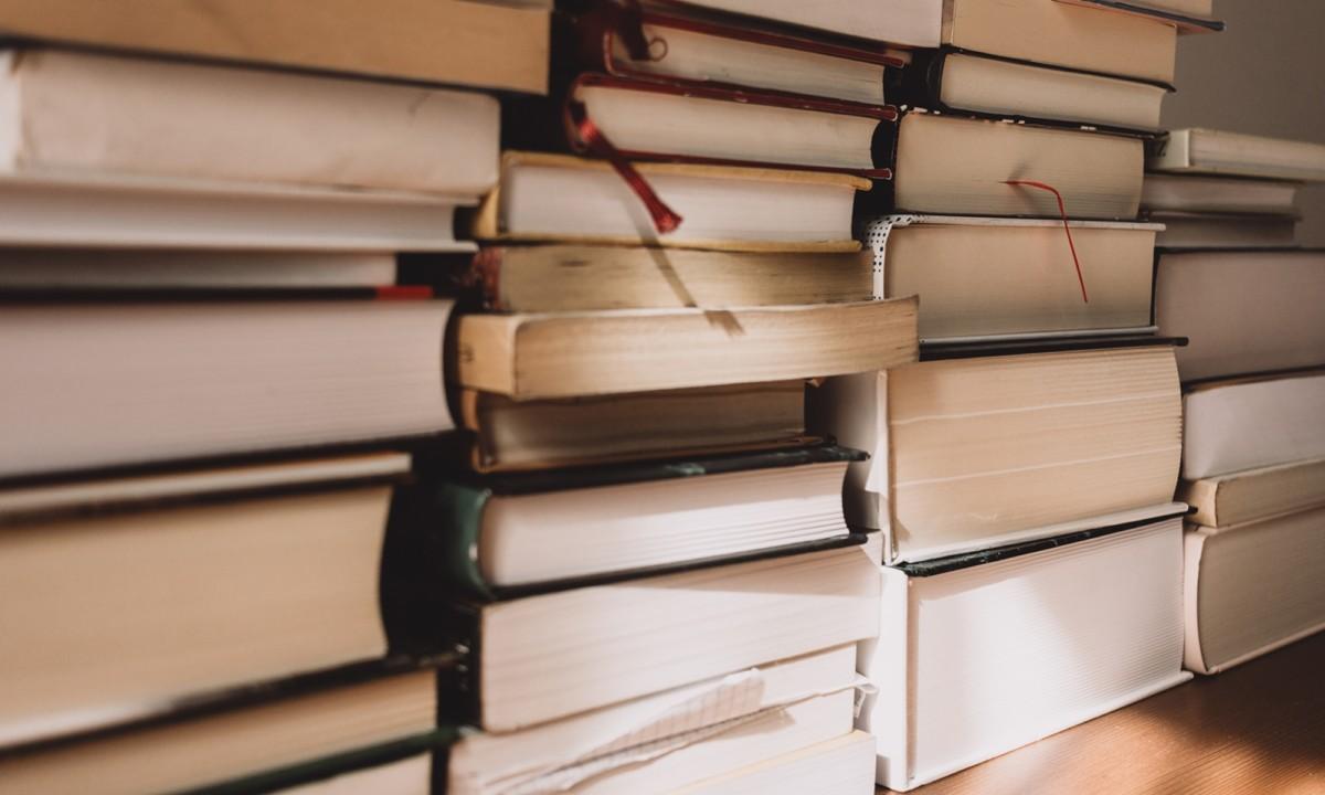 Tsundoku és antikönyvtár – A tornyosuló könyvkupacok jót jelentenek?
